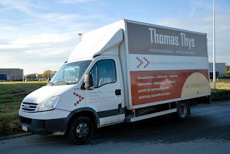 Photo: 20-11-2012 © ervanofoto Vandaag komt aannemer THOMAS THYS uit Westmalle de Oostenrijkse aannemer assisteren bijhet plaatsen van ramen en deuren.