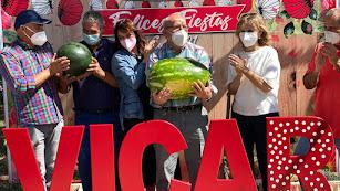 La 'Sandía Vicaria' de 23 kilos, sostenida por el alcalde.