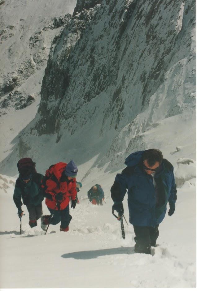 Franxo, seguido de Cristina e Manel perto xa da característica cova da ruta do Corredor Noreste.