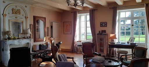Big sitting room enlighted by 4 big windows