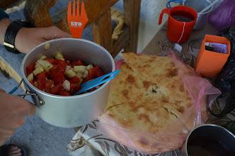 Photo: Śniadanko - sałatka, miejscowy chleb (zwany przez nas lembasem) i czas ruszać do góry.