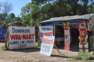 Photo: А вот и пещера. Определяется по наличию лавок с сувенирами. Как вам нравится доминиканский Walmart?