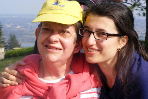 Scène de vie de L'Arche à Lyon entre une personne handicapée et une assistante qui montre la relation