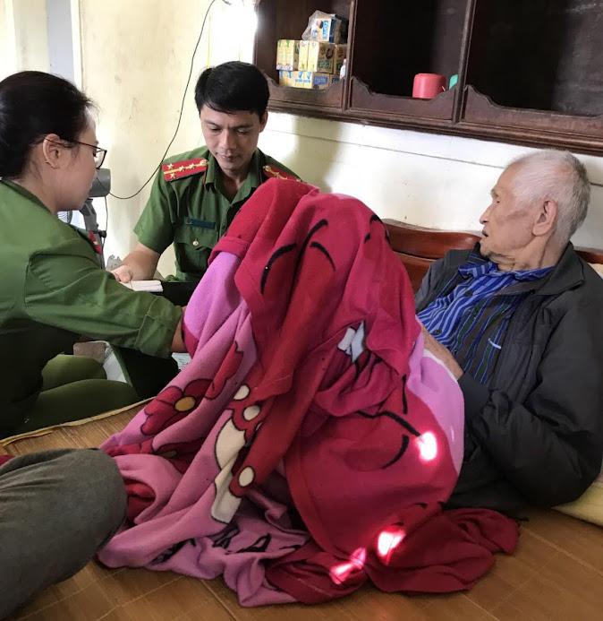 CBCS Phòng Cảnh sát QLHC về TTXH Công an tỉnh làm CMND miễn phí cho bà con