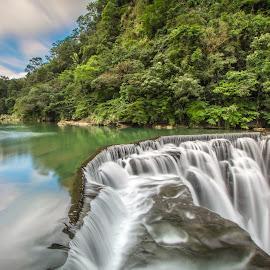 平靜的河水,一個轉身,成了姿態萬千的瀑布. by Gary Lu - Nature Up Close Water ( water, gary lu )