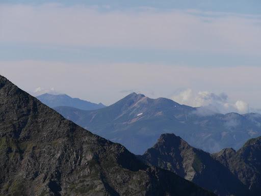 乗鞍岳(右)と木曽御嶽山(左)