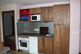 Photo: Entrevue de la kitchenette d'un des appartements de la résidence Deneb, à Risoul dans les Alpes du Sud