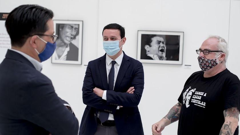 Autoridades y el autor de las fotografías, esta mañana visitando la muestra.