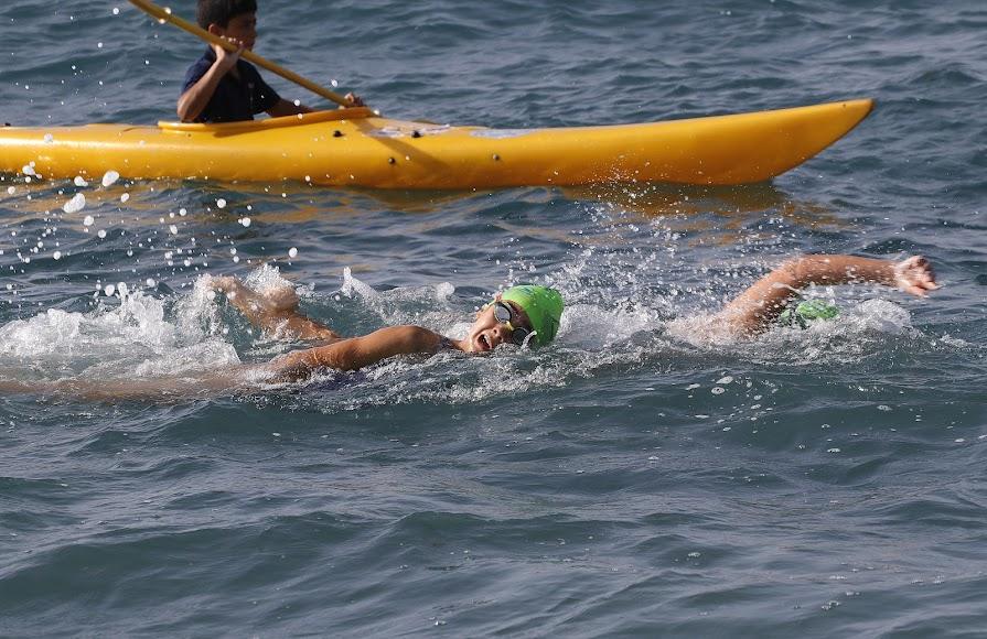 215 almerienses se han lanzado al mar para recuperar esta prueba tradicional del mes de agosto en la ciudad.