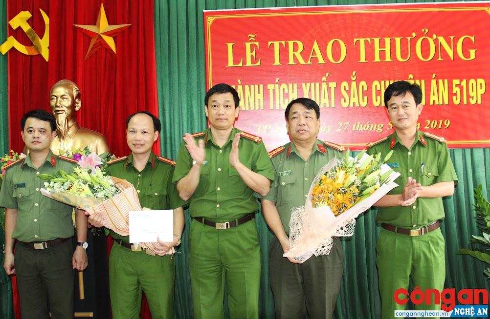 Đồng chí Đại tá Nguyễn Mạnh Hùng, Phó Giám đốc Công an tỉnh trao thưởng cho Phòng CSKT và các đơn vị liên quan về thành tích phá thành công Chuyên án 519P