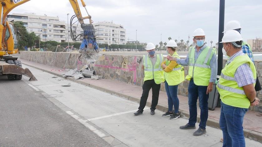 El alcalde de Adra visitando la zona para conocer el estado de las obras.