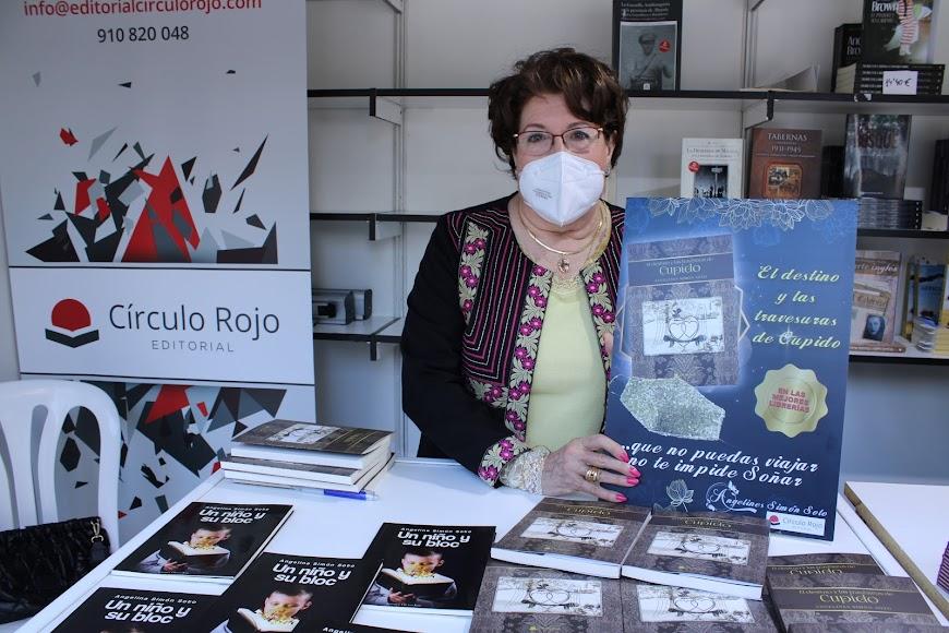 La escritora Ángeles Simón junto a sus dos obras literarias.