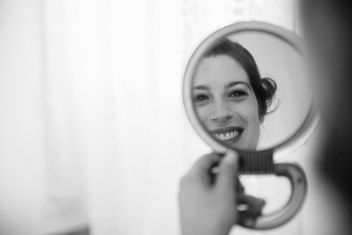 Fotografi Pisa di cerimonie: la sposa allo specchio