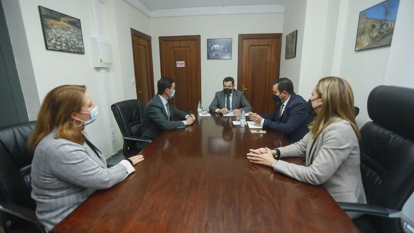 Juanma Moreno junto a Carmen Crespo, Javier A. García, Antonio Fernández y Maribel Sánchez.