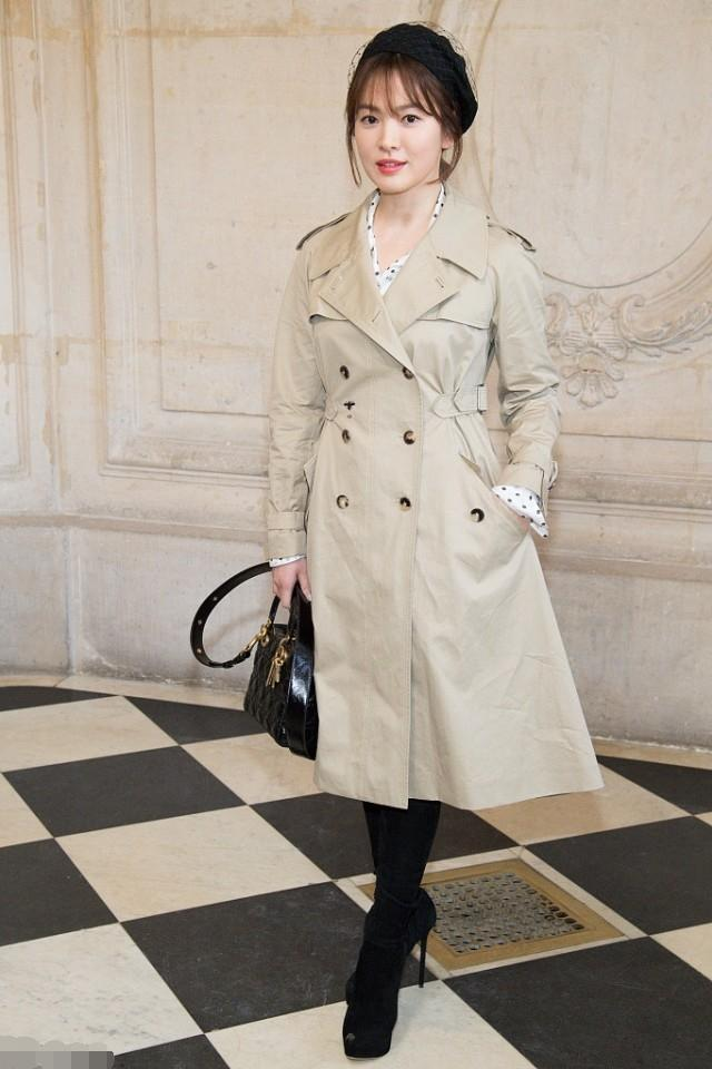 9ec2161a00182 Lovely actress Song Hye Kyo rocking out a classic trenchcoat at the Dior  fashion show in Paris completing her outfit with a Dior handbag and sweet  beret.
