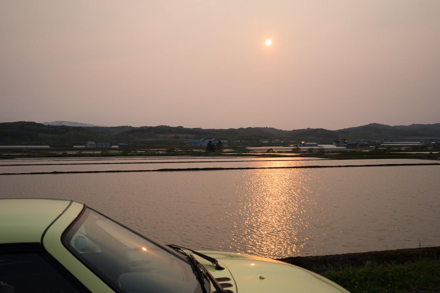 沈みゆく夕陽は、水面を黄金に染めていく
