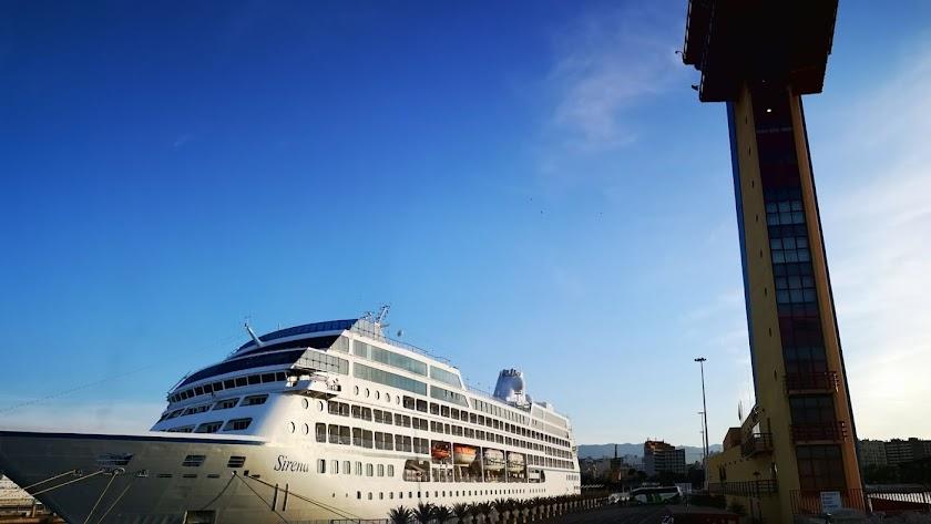 El crucero Sirena hace su segunda escala en el Puerto de Almería el día de San Juan.