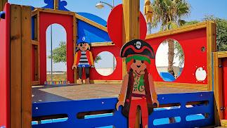 Los míticos juguetes inspiran y decoran el flamante parque infantil de La Mojonera.
