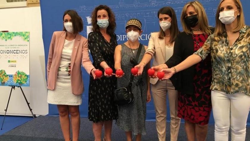 Maribel Sánchez, a la derecha, en un acto de la ONCE en la mañana de este lunes.