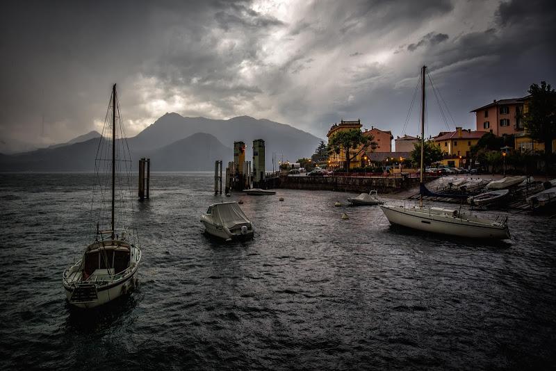 La pioggia sferza la superficie del lago di Sergio Locatelli