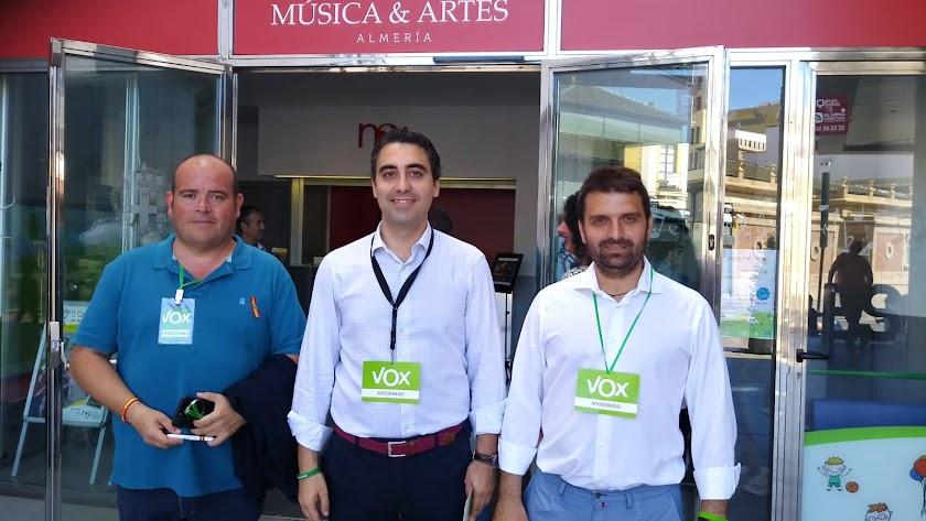 Pérez de la Blanca, en el centro, junto a Juan Francisco Rojas (número 2 de la lista) y Vicente Torres (número 11)