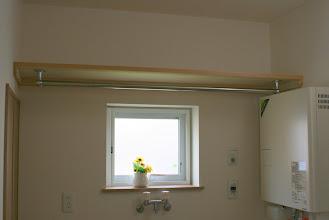 Photo: 洗濯機スペース上に棚とパイプを配置しています。