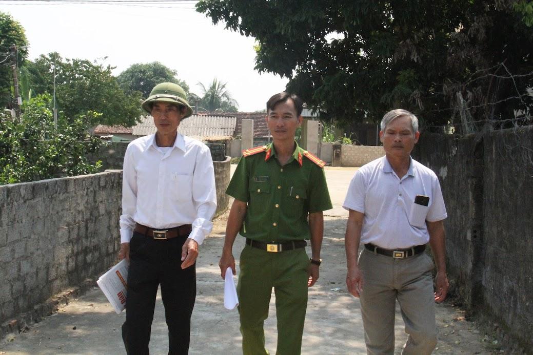 Công an phường Quang Phong phối hợp với Ban cán sự khối Cồn Vang đến tận nhà người dân tuyên truyền về công tác đảm bảo ANTT trên địa bàn