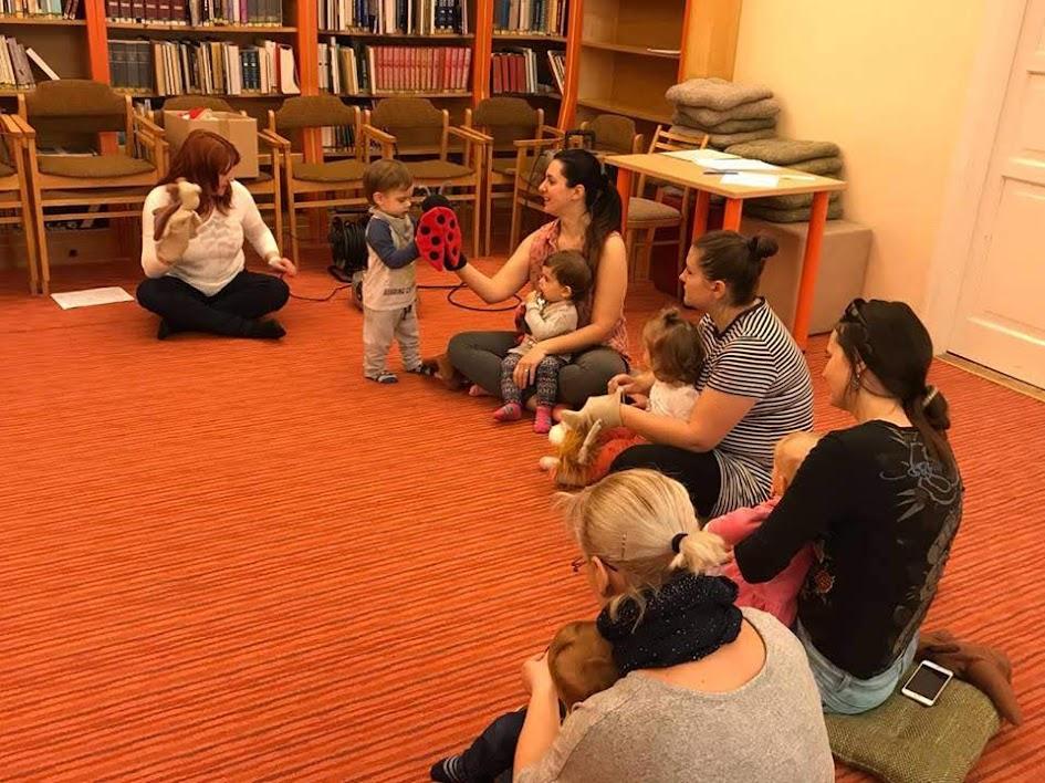 Óvodás gyerekek a könyvtárban