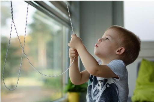 Rèm cửa kéo dây ngày càng quen thuộc với các hộ gia đình. Tuy nhiên, trên thực tế dạng rèm cửa này có thể gây nguy hiểm cho chính các bé yêu nhà bạn.
