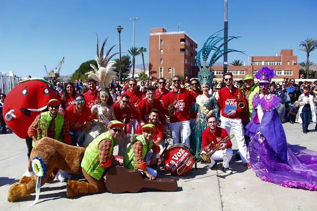 La Charanga de La Voz junto a la chirigota de Gádor, la Diosa del Carnaval y Ninfas.