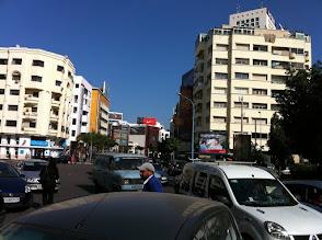 Photo: Pagaille sur la route, tout le monde slamon entre les voitures et mobylettes