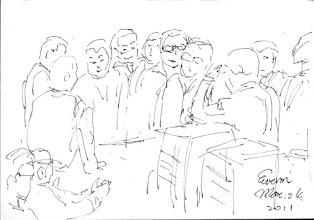 Photo: 討論2011.03.24鋼筆 為了工作順利分工,收容人們在一旁協商討論了起來。
