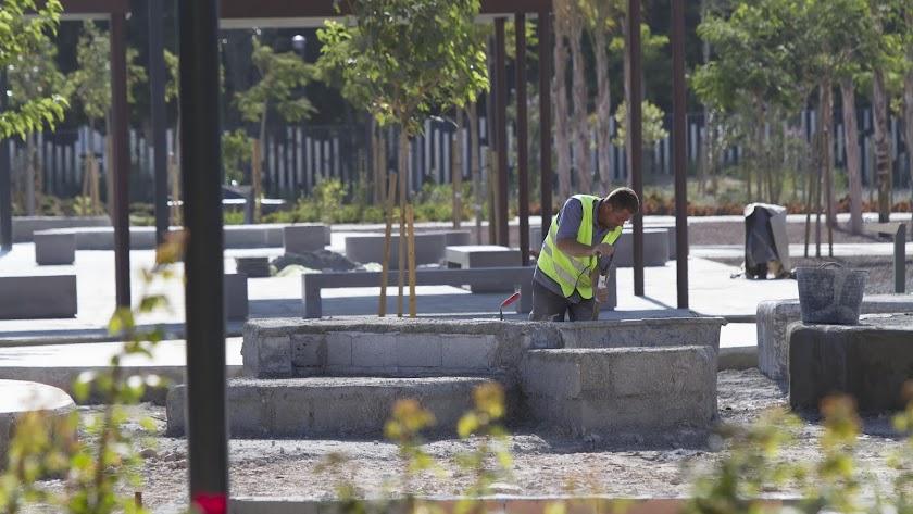 Un operario trabaja en el Parque de las Familias.