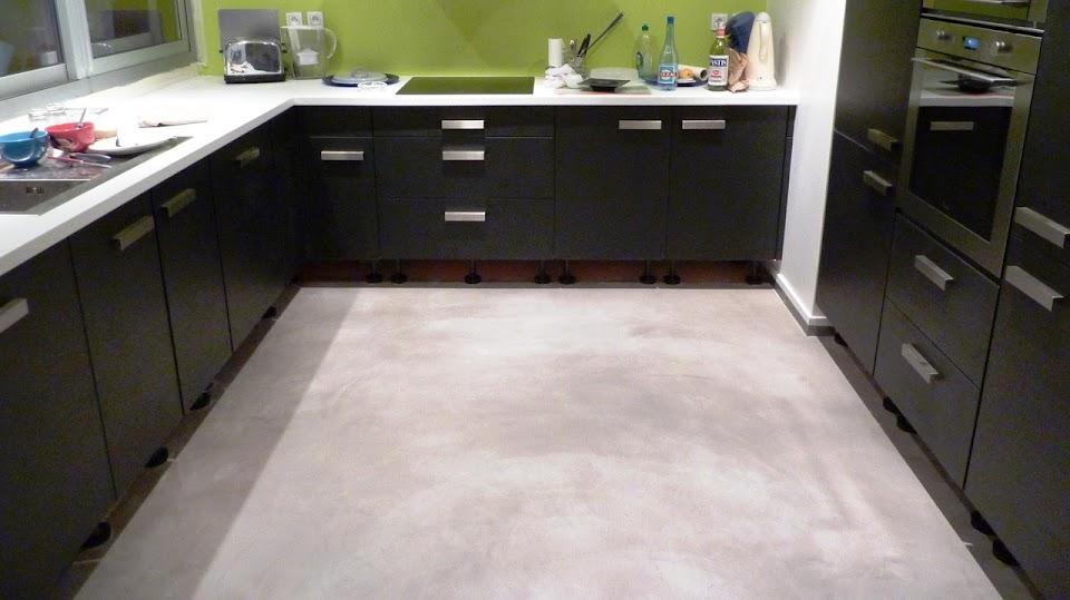 Sol de cuisine en béton ciré, facile d'entretien et résiste aux taches