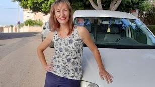 Silvia Martínez sale muy temprano desde la capital para repartir el pan en una furgoneta.