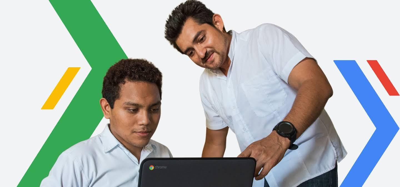 Dos hombres trabajando en un computador