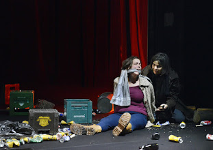 """Photo: EISWIND von Arpad Schilling - ein """"Anti-Orban-Projekt im Wiener Akademietheater. Premiere am 25.5.2016. Inszenierung: Arpad Schilling. Lilla Sarosdi, Alexandra Henkel. Copyright;: Barbara Zeininger"""