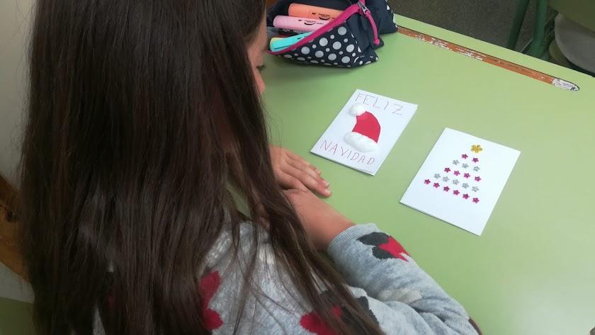 Una alumna del CEIP Joaquín Visiedo realizando una postal.