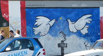 "Photo: East Side Gallery; Rosemarie Schinzler ""Alles offen"""