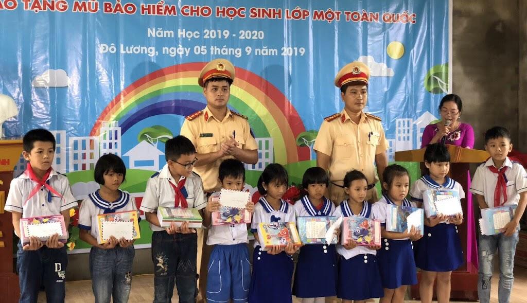 Chi đoàn Phòng CSGT trao quà cho học sinh Trường Tiểu học xã Ngọc Sơn, huyện Đô Lương