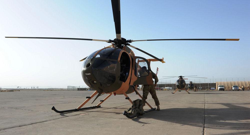 Летчики афганских ВВС и их американские инструкторы готовятся к полету на MD-530F (29 августа 2012). Авиабаза Шинданд, Афганистан