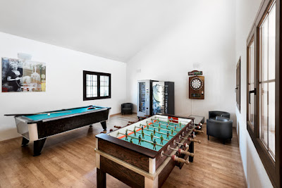 THE HOTEL - Pool table
