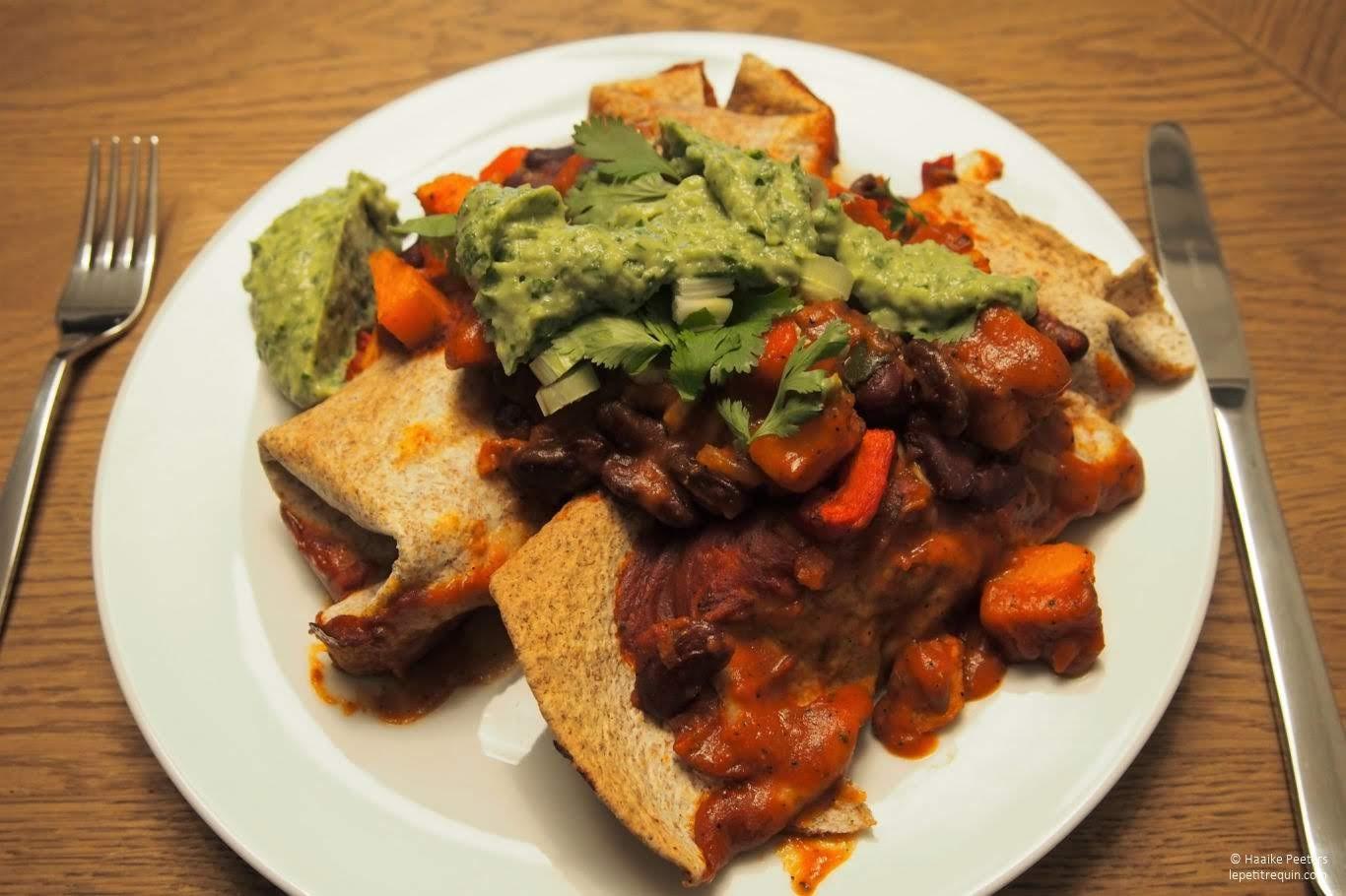 Enchilada's met zoete aardappel, bonen en een avocado-koriandersaus (Le petit requin)