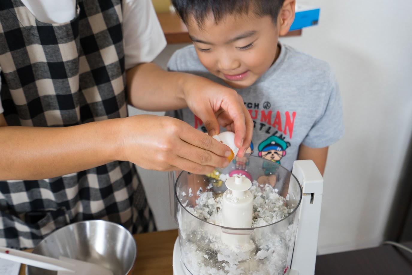 黒千石入りエビカツ:卵・天ぷら粉を加える