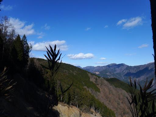 八紘嶺方面(左が二王山)