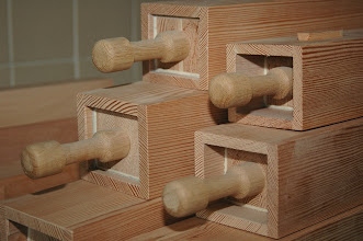 Photo: Pokrovi lesenih piščali - Stöpsel der Holzpfeifen - Wooden pipes stoppers