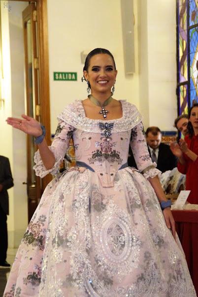 Marina Civera, FMV 2019, recibe un traje completo del Gremio Artesano de Sastres y Modistas CV Realizado por los Estudiantes de la Escuela del Gremio