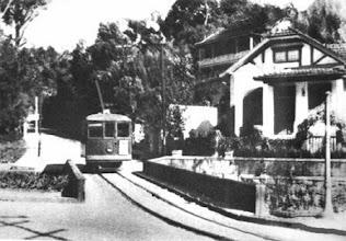 Photo: Bondes do centro, descendo pela Rua Gonçalves Dias, na altura das Duas Pontes. Foto da década de 20