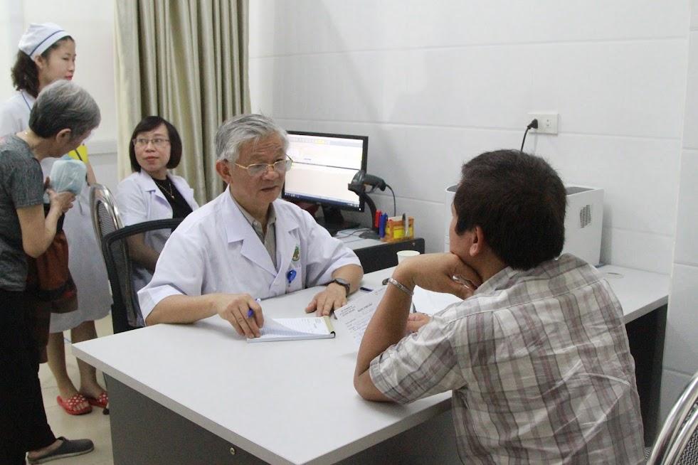 Tiến hành khám cho người bệnh tại Phòng khám giáo sư