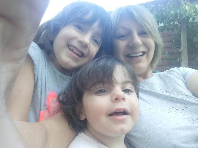 Silvia resiste la cuarentena junto a sus nietas, en Argentina.